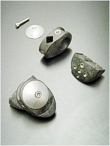 Gespickt mit Inserts ist dieser hochfeste Knochenfixator, hergesellt aus massstabilem Polyamid66 mit 20 % Kohlestofffasern