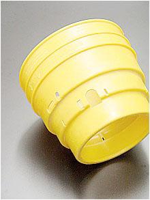 Flexibel und kälteschlagzäh ist dieser Schutz für den Antriebsstrang von landwirtschaftlichen Geräten, gefertigt aus Polyethylen (PE)