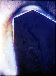 Zahnfuss eines Zahnrades mit leicht erkennbaren Spannungen und einer deutlichen Fliessstruktur